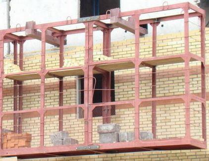 Навесная площадка для кладки кирпича — площадка каменщика двухуровневая, на консолях